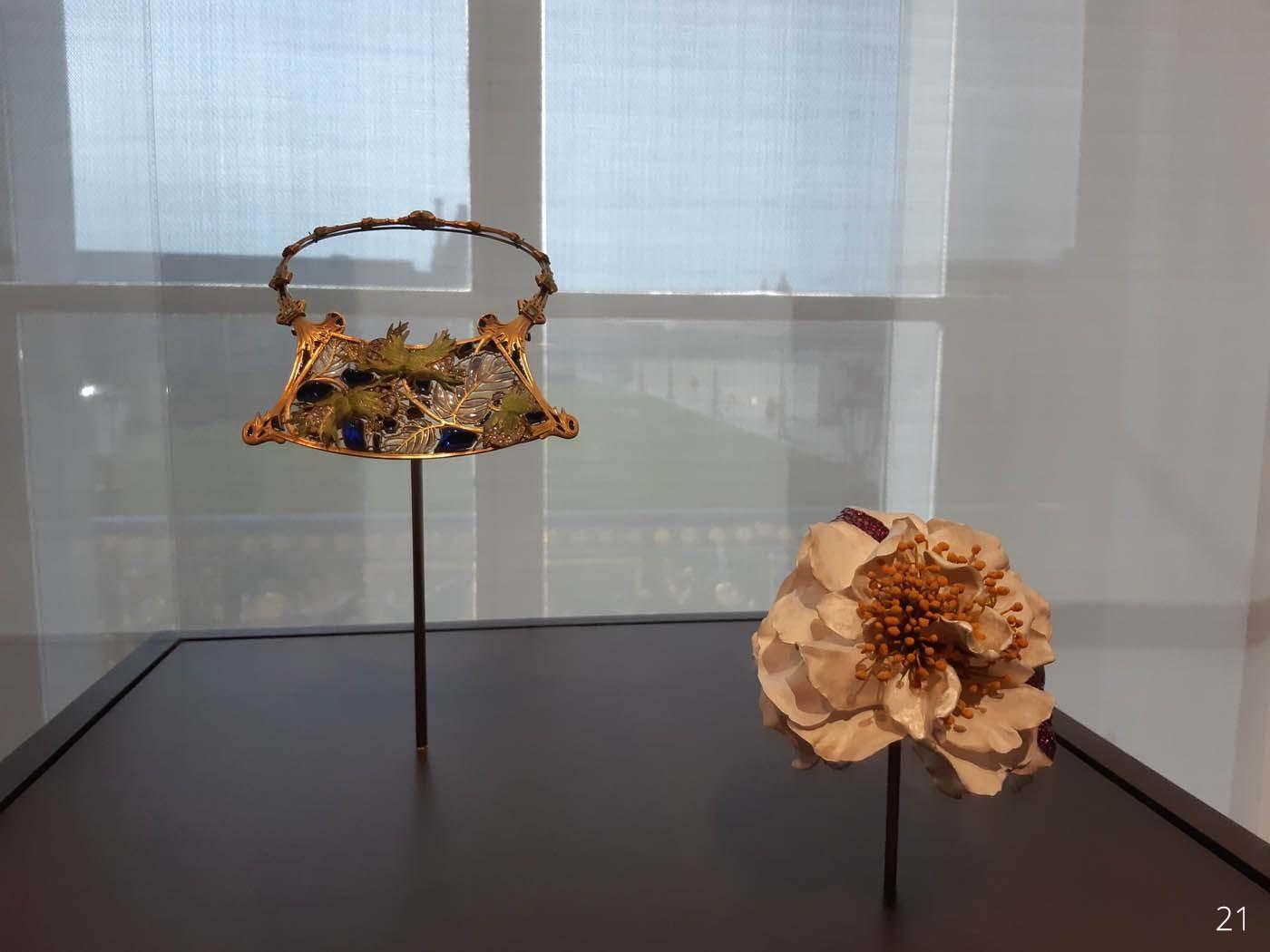 LUXES-_-MAD_B-36Collier-Lalique-1900-Bracelet-Camelia-JAR-1995